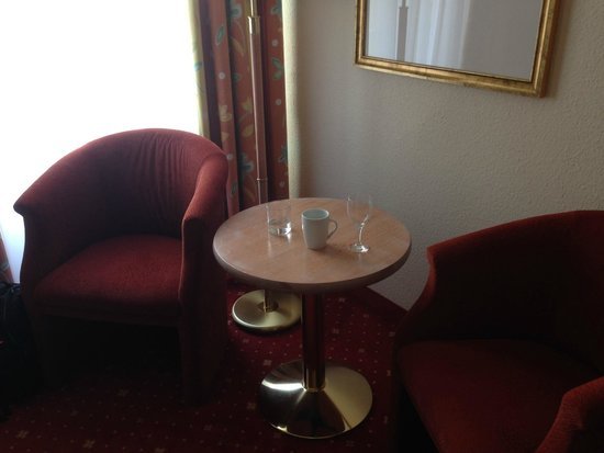 Mercure Hotel Berlin Mitte: A small table with chairs