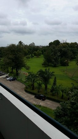 Inya Lake Hotel, Yangon : The view from room (front of the hotel area)