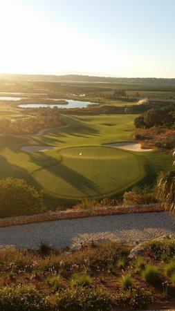 Amendoeira Golf Resort: 18 hålet sedd från restaurangen