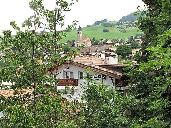 Hotel Residence Amadeus: Il Résidence Amadeus sullo sfondo di Siusi allo Sciliar