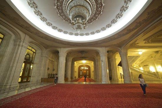 Palace of Parliament : un des nombreux couloirs interminables du Palais
