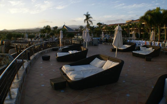 H10 Playa Meloneras Palace: One of the sun decks
