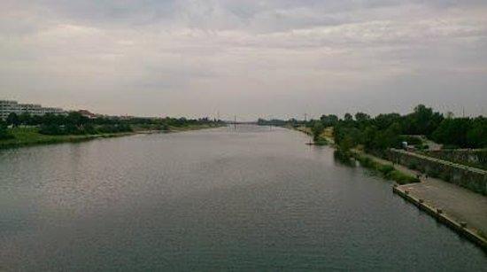 Donauradweg: Danube river at the starting point in Vienna