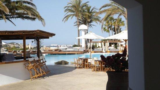 Destino Pacha Ibiza Resort : La piscina, desde el hall del hotel