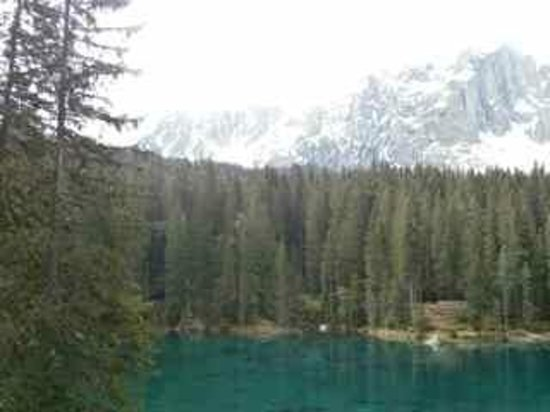Lago di Carezza: View with mountains in the background
