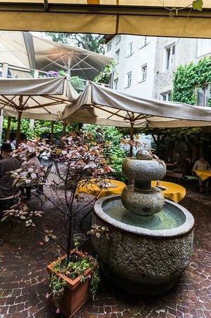 Restaurant Finsterwirt Oste Scuro: Il cortile interno con tavoli all'aperto