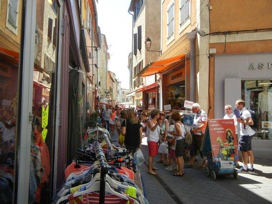 Marché de L'Isle-sur-la-Sorgue : Street during market