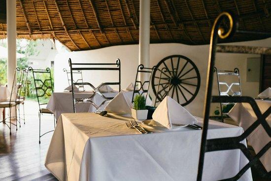 Navutu Dreams Resort & Wellness Retreat: Barefoot poolside dining