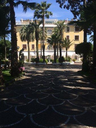 La Medusa Hotel & BoutiqueSpa : Entrée de l'hotel avec parking privé