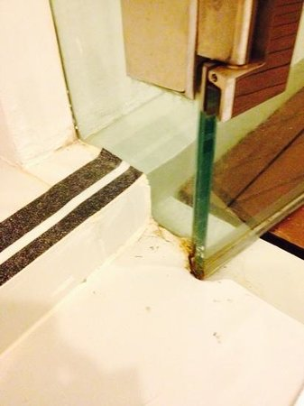 B-Lay Tong Phuket: dirty shower