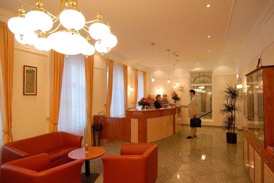 Hotel Drei Kronen: Rezeption & Lobby