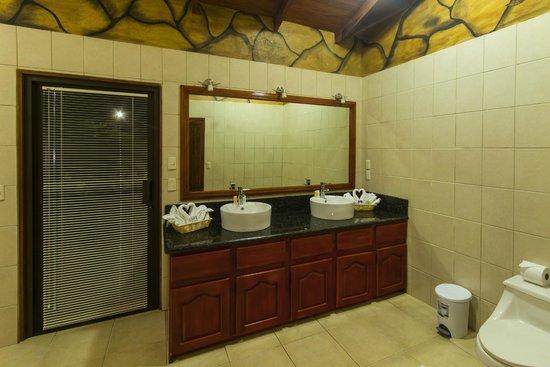 GreenLagoon Wellbeing Resort: Villa 13 Bathroom