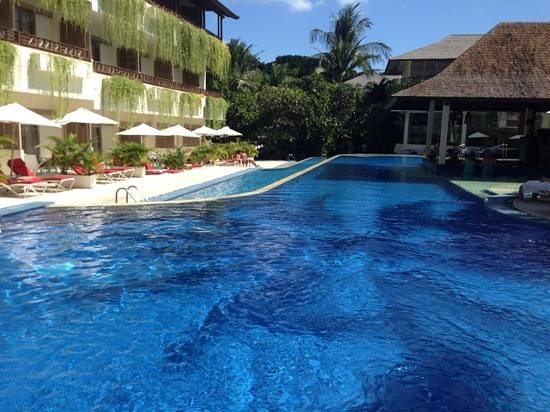 The Breezes Bali Resort & Spa: pool bar and deluxe pool access rooms
