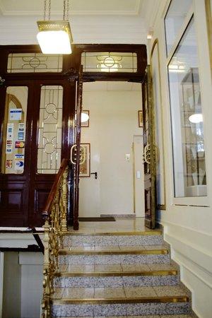 Hotel Drei Kronen: Hoteleingang Innenbereich