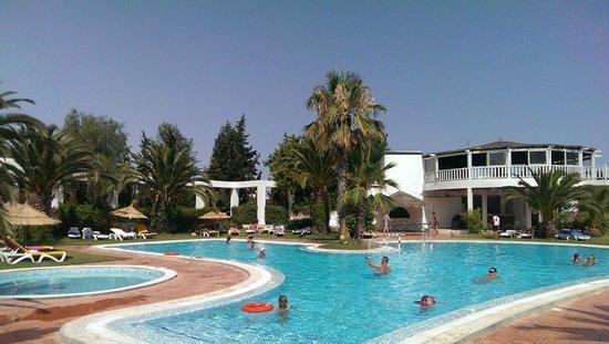 Hotel Dar El Olf: бассейн днем