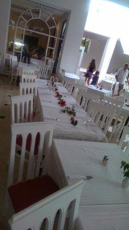 Hotel Dar El Olf: 2 дня подряд оставляли чаевые официанту. на третий день нам украсили стол
