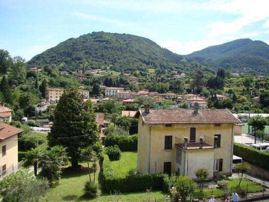 Hotel Fioroni: Вид на горы из окна