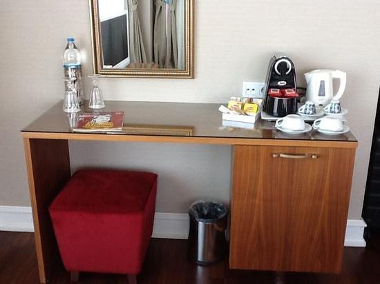 Neorion Hotel: Desk, coffee & tea set up