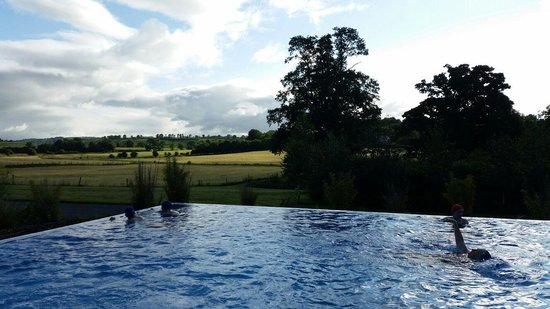 Farnham Estate Spa and Golf Resort: Beautiful outdoor pool overlooking the Cavan countryside.