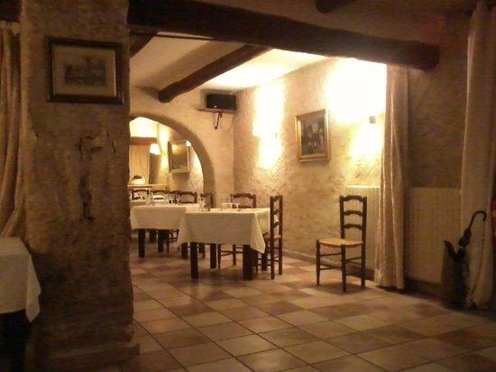 Le Domaine de la Reynaude : UNE SALLE DE RESTAURANT CHALEUREUSE