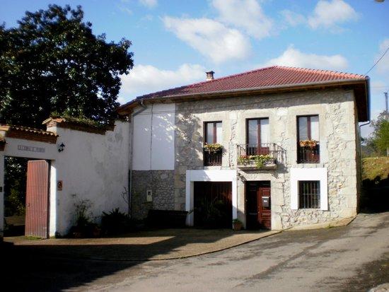 La Casona de Priorio: fachada a la plazuela