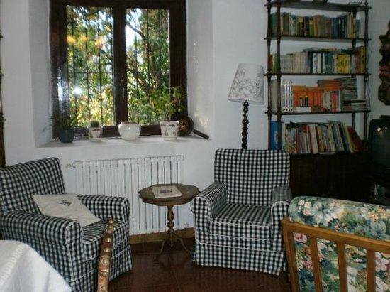 La Casona de Priorio: Rincon de lectura en el salon