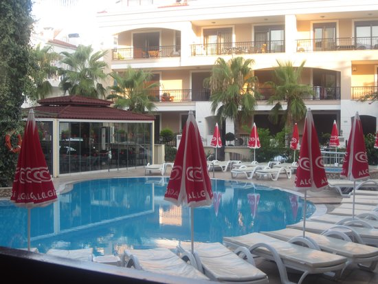 Club Amaris Apartments: early hours around the pool