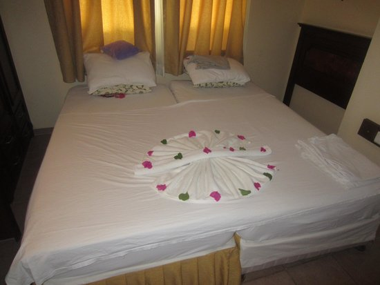 Club Amaris Apartments: beautfiul flowers on the bed
