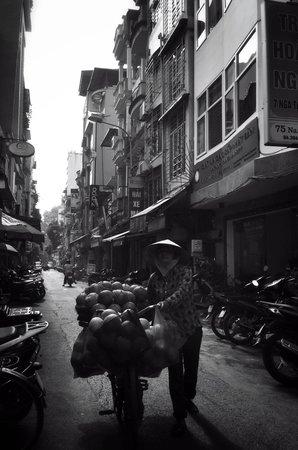Mercure Hanoi La Gare Hotel: Street snap around hotel