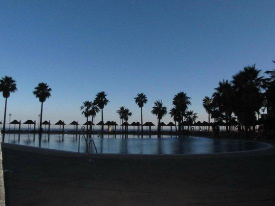 Holiday Polynesia: Piscina ao Final do Dia