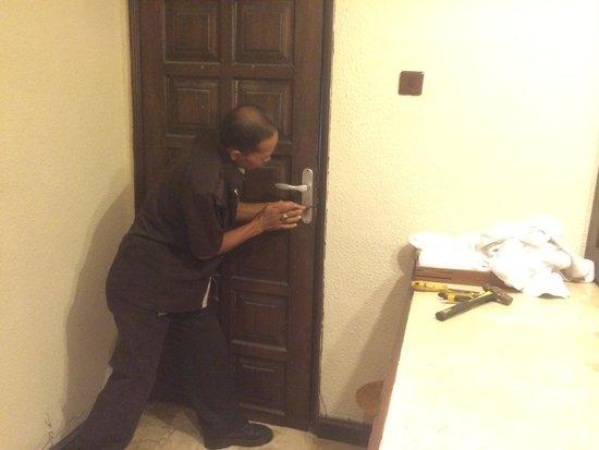Tonys Villas & Resort : maintenance hacking the bathroom door