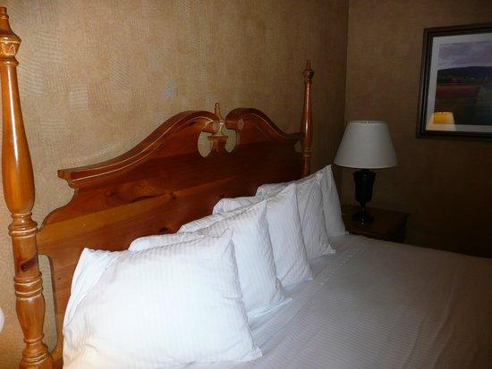 Best Western Plus Black Oak: bed-pillows