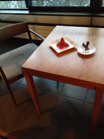 Hyatt Regency Hakone Resort and Spa : โต๊ะทานข้าวริมหน้าต่าง