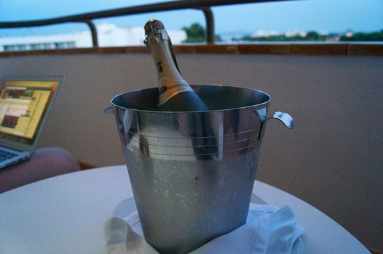 Grupotel Maritimo: Champagne surprise from the hotel staff