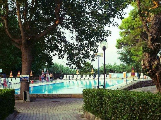 Camping Village Mulino D'Acqua: La bellissima piscina vista dalla stradina che la collega al villaggio