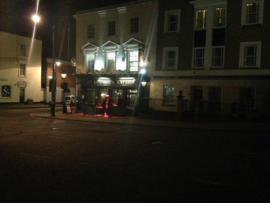 St. George's Tavern: Locale all'esterno