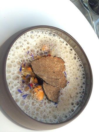 L'Atelier de Candale: Nage tiède de petits coquillages, moules de Bouchot fumées aux aiguilles de pin et truffes d'été