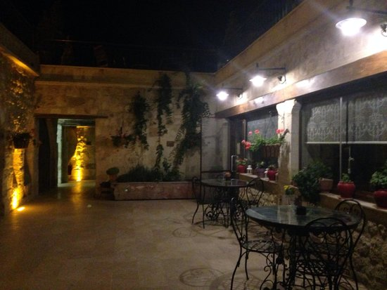 Fresco Cave Suites & Mansions: The courtyard at Freaco