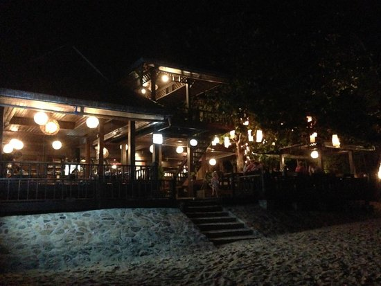 Salad Hut Bungalows : The restaurant at night