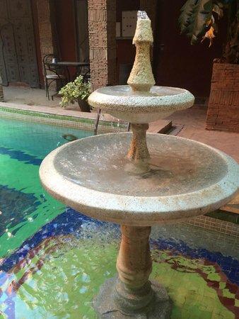 Les Jardins d'Henia: La jolie fontaine très agréable