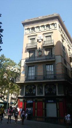 Las Ramblas : Palazzo con insegna del drago