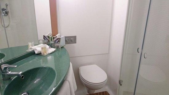 Ibis Newcastle bathroom