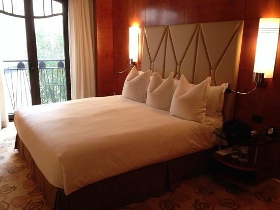 Park Hyatt Melbourne: The king size bed was very comfortable.