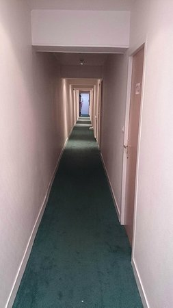 Hotel du Cheval Rouge: Narrow corridors to room