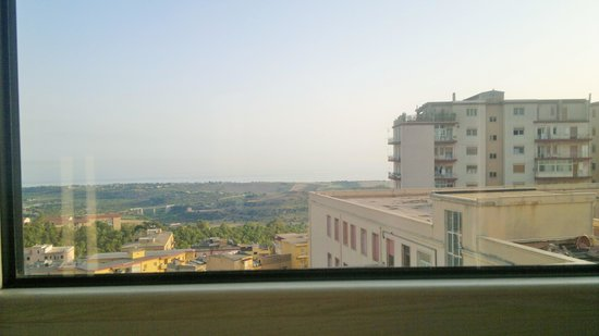 Hotel Exclusive: Finestra sopra la testata del letto con vista mare