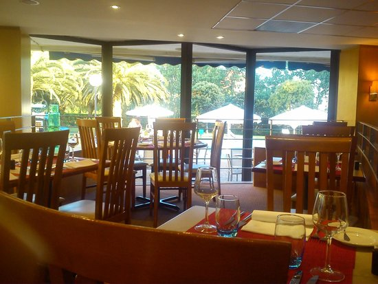 Novotel Porto Gaia: Restaurant et piscine