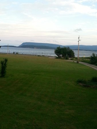 Sea Breeze Cottages and Motel : The beautiful view to wake up to.