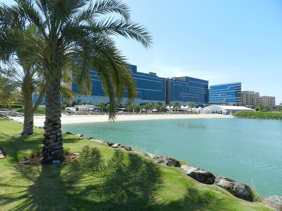 Fairmont Bab Al Bahr: Hotel and beach area