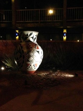 Nativo Lodge Albuquerque: Nice decoration even outside the hotel
