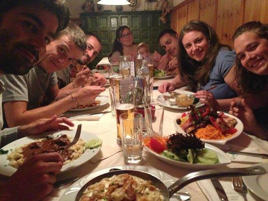 Gruner Baum: noi 8 al tavolo con la cena..